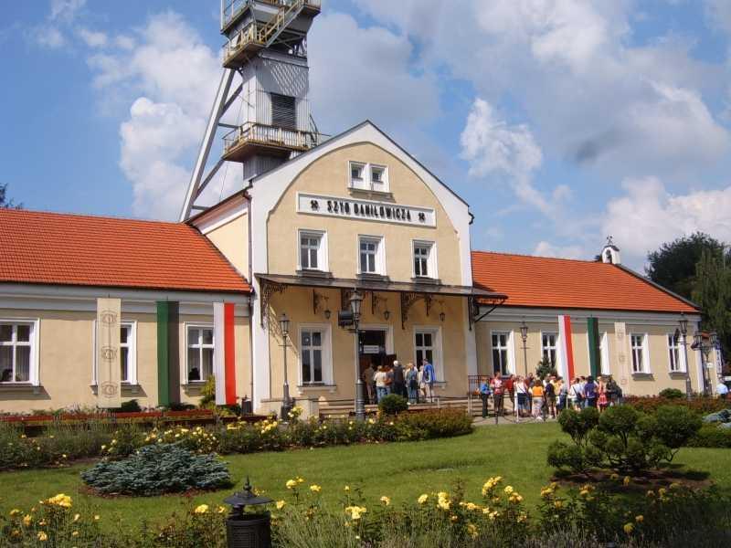 https://cestovnakancelariadaka.sk/files/product/poland-wieliczka-salt-mine-kinga-chapel-figures-1.jpg